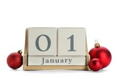 Calendario de bloque y decoración de madera en el fondo blanco cuenta de +EPS los días 'hasta la pizarra de la Navidad Fotos de archivo