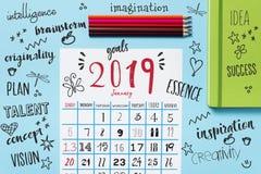 Calendario de 2019, creyones del lápiz y resoluciones imágenes de archivo libres de regalías