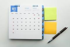 Calendario de enero con el post-it y pluma para el meetin Imágenes de archivo libres de regalías