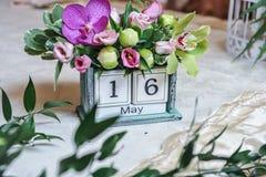 Calendario de escritorio del vintage adornado con las flores coloreadas Decoración de la fecha de la boda Imagen de archivo libre de regalías