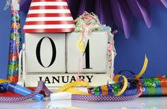 Calendario de madera blanco del vintage de la Feliz Año Nuevo para enero primero Foto de archivo libre de regalías