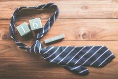calendario de madera del vintage para el 16 de junio con DA del padre feliz de la corbata Foto de archivo libre de regalías