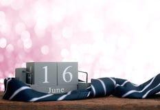 calendario de madera del vintage para el 16 de junio con DA del padre feliz de la corbata Imagen de archivo libre de regalías