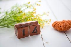 Calendario de madera feliz de Valentine Day para el 14 de febrero Fotos de archivo libres de regalías