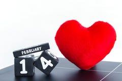 Calendario de madera para el 14 de febrero con el corazón rojo Imagen de archivo libre de regalías