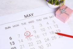 Calendario de mayo con la caja de regalo Fotografía de archivo libre de regalías