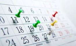 Calendario de pared grande con el número de agujas de los días Fotos de archivo