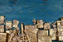 Calendario del advenimiento con 24 presentes de oro en trullo Imágenes de archivo libres de regalías