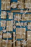 Calendario del advenimiento con 24 presentes en trullo Imágenes de archivo libres de regalías