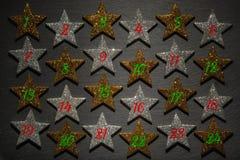 Calendario del advenimiento de la Navidad con 24 estrellas y número Foto de archivo libre de regalías