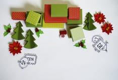 Calendario del advenimiento El proceso de la creación, hecho a mano Regalos en las cajas Año Nuevo Navidad Foto de archivo