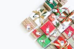 Calendario del advenimiento Regalos para el calendario de la Navidad Backgro blanco Foto de archivo