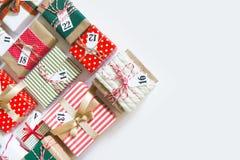 Calendario del advenimiento Regalos para el calendario de la Navidad Backgro blanco Imagenes de archivo