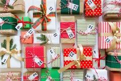 Calendario del advenimiento Regalos para el calendario de la Navidad Backgro blanco Imágenes de archivo libres de regalías