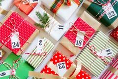Calendario del advenimiento Regalos para el calendario de la Navidad Backgro blanco Imagen de archivo