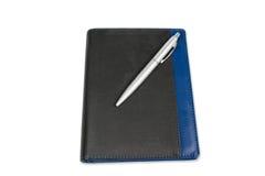 Calendario del cuaderno con la pluma de plata aislada en el fondo blanco Foto de archivo libre de regalías