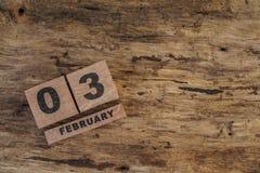 Calendario del cubo para febrero en fondo de madera Imagenes de archivo