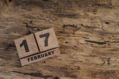 Calendario del cubo para febrero en fondo de madera Fotografía de archivo