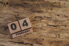 Calendario del cubo para febrero en fondo de madera Fotos de archivo