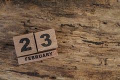 Calendario del cubo para febrero en fondo de madera Foto de archivo