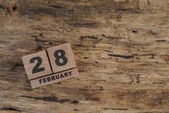 Calendario del cubo para febrero en fondo de madera Imagen de archivo