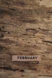 Calendario del cubo para febrero en fondo de madera Fotos de archivo libres de regalías