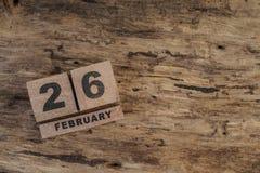 Calendario del cubo para febrero en fondo de madera Fotografía de archivo libre de regalías