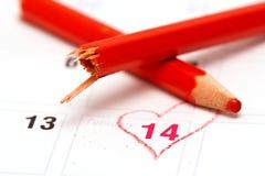 Calendario del día de tarjeta del día de San Valentín y lápiz quebrado Fotografía de archivo libre de regalías