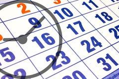 Calendario del calendario de pared con el número de días y de ascendente cercano del reloj Fotografía de archivo