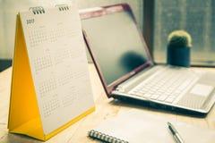Calendario 2017 del espiral del escritorio del Libro Blanco en el escritorio de madera Fotos de archivo libres de regalías