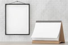 Calendario del espiral del escritorio del papel en blanco delante de la pared de ladrillo con el marco Imagen de archivo libre de regalías