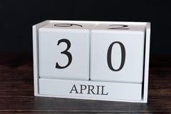Calendario del negocio para abril, trigésimo día del mes Fecha del organizador del planificador o concepto del horario de los aco imagenes de archivo