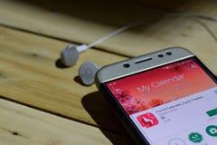 Calendario del período, uso del perseguidor del ciclo en la pantalla de Smartphone Foto de archivo libre de regalías