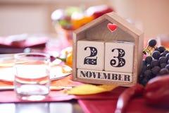 Calendario del primer con la fecha de la acción de gracias 2017 en un fondo de la tabla Día de Acción de Gracias Copie el espacio Fotografía de archivo