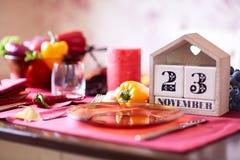 Calendario del primo piano con la data di ringraziamento 2017 su un fondo della tavola Festa di ringraziamento Copi lo spazio Fotografia Stock