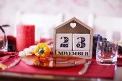 Calendario del primo piano con la data di ringraziamento 2017 su un fondo della tavola Festa di ringraziamento Copi lo spazio Immagini Stock Libere da Diritti