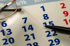 Calendario della screen saver del fondo, calcolatore, vetri, penna fotografia stock