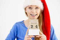 Calendario della tenuta della donna di Natale Fotografia Stock Libera da Diritti