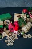 Calendario di arrivo con le borse ed i contenitori di regalo riempiti di caramella immagine stock