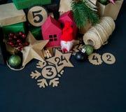 Calendario di arrivo con le borse ed i contenitori di regalo riempiti di caramella immagini stock libere da diritti
