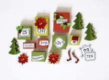 Calendario di avvenimento Il processo della creazione, fatto a mano Regali nelle scatole Nuovo anno Natale immagini stock