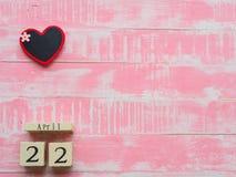 Calendario di blocco di legno per mondo giornata per la Terra il 22 aprile, blocco di legno Immagini Stock Libere da Diritti