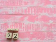 Calendario di blocco di legno per mondo giornata per la Terra il 22 aprile, rosa luminoso Immagini Stock Libere da Diritti