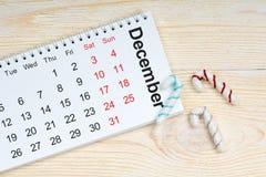 Calendario di dicembre con le decorazioni sulla tavola Fotografia Stock