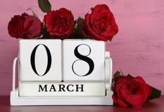 Calendario di legno bianco d'annata per l'8 marzo Immagini Stock