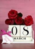 Calendario di legno bianco d'annata per l'8 marzo, Giornata internazionale della donna Immagini Stock