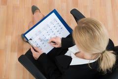 Calendario di Marking Date On della donna di affari Fotografie Stock Libere da Diritti