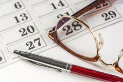 Calendario di Pen And Eyeglasses On The fotografia stock