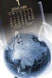 Calendario di scrittorio e del globo fotografia stock