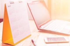 Calendario 2017 di spirale dello scrittorio del Libro Bianco sullo scrittorio di legno Fotografie Stock